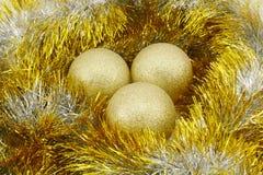 与闪亮金属片的圣诞节球 图库摄影