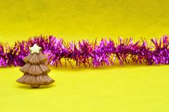 与闪亮金属片的巧克力圣诞树形状 免版税库存照片
