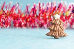 与闪亮金属片的巧克力圣诞树形状 库存照片