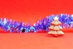 与闪亮金属片的巧克力圣诞树形状 库存图片