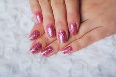 与闪亮金属片的浅粉红色的钉子艺术 库存照片