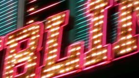 与闪光灯电灯泡的拉斯维加斯赌博娱乐场霓虹灯广告 股票录像