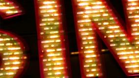 与闪光灯电灯泡的赌博娱乐场霓虹灯广告 股票录像