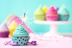 与闪烁发光物的杯形蛋糕 库存照片