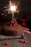 与闪烁发光物的黑暗的巧克力蛋糕 库存图片