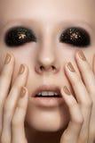 与闪烁构成,发光的修指甲的时装模特儿 免版税库存照片