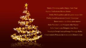 与闪烁的星在红色背景,多语种季节问候的圣诞树 免版税库存图片