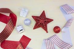 与闪烁的装饰品的红色圣诞节星 免版税库存照片