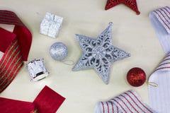 与闪烁的装饰品的银色圣诞节星 免版税库存图片