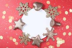 与闪烁辅助部件的圣诞节背景 免版税图库摄影