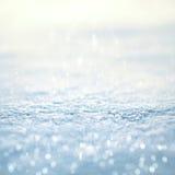 与闪烁bokeh冬天背景概念空的拷贝空间的美好的雪纹理 免版税库存图片