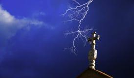 与闪电的教会交叉 免版税库存图片