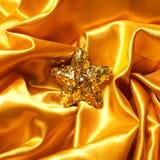 与闪耀的圣诞节星的金黄魅力题材 库存图片