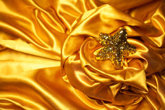 与闪耀的圣诞节星的金黄魅力题材 免版税库存图片