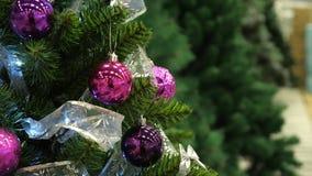 与闪耀的装饰的好的人为圣诞树 股票视频