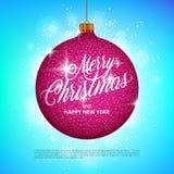 与闪耀的金属闪烁的垂悬的圣诞节球作用和在五颜六色的背景的圣诞快乐字法 库存图片