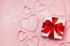 与闪耀的闪烁的礼物盒和纸心脏在桃红色背景 问候的浪漫st华伦泰` s天概念 顶视图, 免版税图库摄影