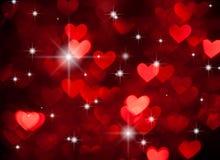 与闪闪发光的红色心脏形状作为背景 库存照片