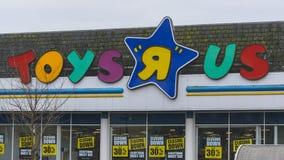 与闭合值的Toys R Us商标下来签字 免版税库存图片