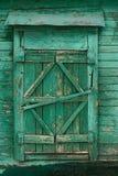 与闭合的快门的老木国家窗口绘了绿色 图库摄影