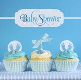 与问候样品的蓝色题材男婴杯形蛋糕发短信 库存照片
