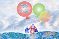 与问候的明信片新年 有站立在一个高大厦的屋顶的气球的可膨胀的玩具圣诞老人 库存照片