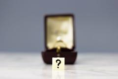 与问号的定婚戒指 免版税库存照片