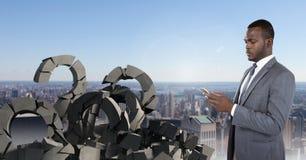 与问题标志的残破的具体在都市风景的石头和商人 免版税库存照片