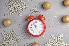 与闹钟的在灰色背景的构成和装饰 christmas countdown 库存照片