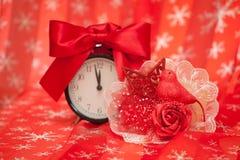 与闹钟的新年的钮扣眼上插的花 免版税库存图片