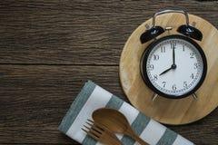 与闹钟的膳食时间 免版税库存图片