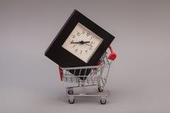 与闹钟的购物车 库存照片