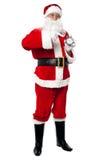 与闹钟,演播室射击的男性圣诞老人。 库存照片