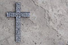 与阁下` s祷告的木十字架在灰色混凝土有镇压背景 免版税库存图片