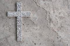 与阁下` s祷告的白色木十字架在灰色混凝土有镇压背景 图库摄影