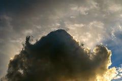 与阐明设置的乌云的剧烈的日落 免版税库存图片