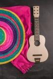与阔边帽、吉他和毯子的墨西哥背景 免版税图库摄影