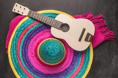 与阔边帽、吉他和毯子的墨西哥背景 库存图片