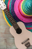 与阔边帽和吉他的墨西哥背景 库存图片