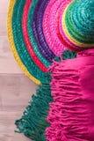 与阔边帽和毯子的墨西哥背景 免版税库存图片