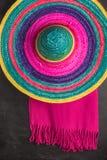 与阔边帽和毯子的墨西哥背景 库存照片