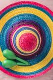 与阔边帽和maracas的墨西哥背景 免版税库存图片