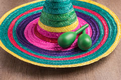 与阔边帽和maracas的墨西哥背景 库存照片