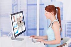 与队的女实业家视讯会议在计算机上 免版税库存照片