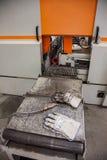 与防护手套的工作表在工业金属工业 图库摄影