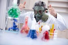 与防护防毒面具的资深sciencist 库存照片