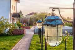 与防水盖子的老庭院光在日落发出光线 设计高例证横向计划图表分解力 库存图片