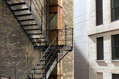 与防火梯台阶的老砖瓦房 库存图片