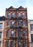与防火梯台阶的褐砂石 免版税图库摄影