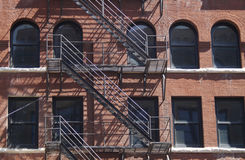 与防火梯的砖历史建筑 免版税库存照片